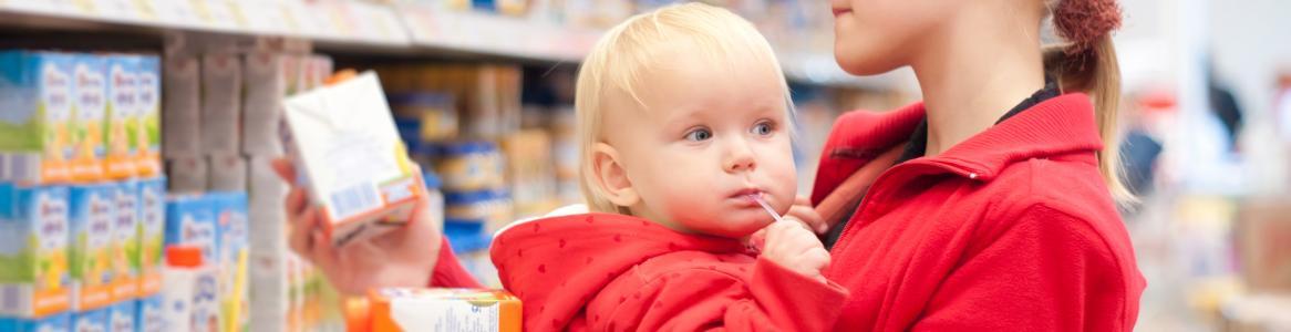 Madre con bebé en el supermercado