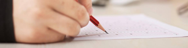 mano con lápiz contesta cuestionario
