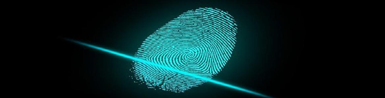 Huella digital en azul claro con fondo oscuro y un haz de luz atravesándola por la base