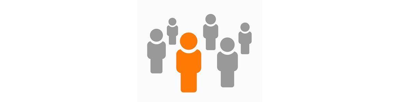 cinco figuras antropomorfas en color gris y una figura naranja
