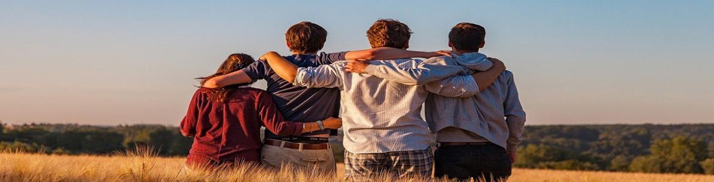 Adolescentes mirando al horizonte en un campo de cereal