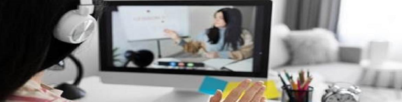 Mujer enfrente de un ordenador recibiendo clases online