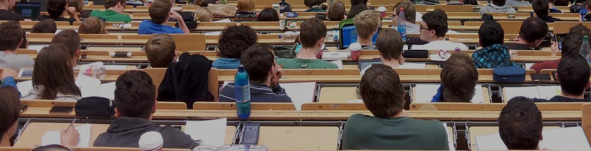 Alumnos universitarios en Aula Magna