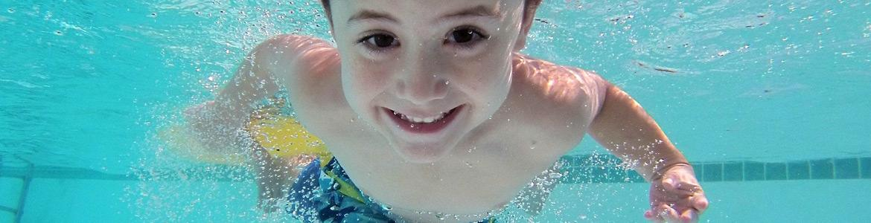 Niño sonriendo nadando
