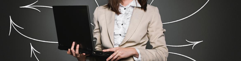 persona con ordenador y flechas