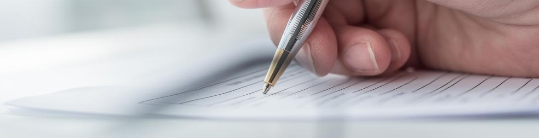 Un voluntario rellenando un formulario