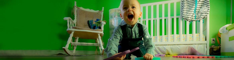 Imagen ilustrativa de un bebé jugando con un puzle