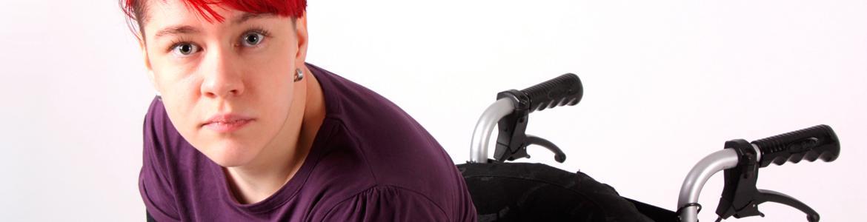 Imagen ilustrativa de una mujer con discapacidad joven e independiente
