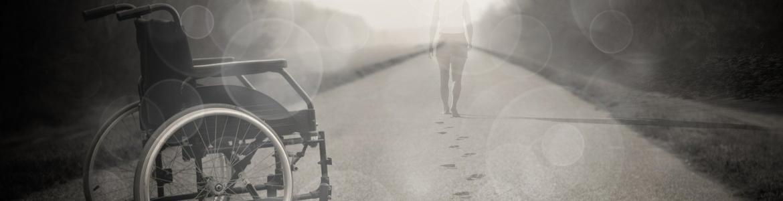 Imagen de silla de ruedas y persona caminando hacia horizonte