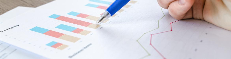 Una mano escrutando datos en un folio