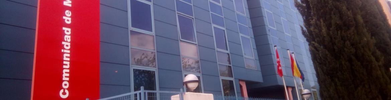 fachada del edificio azul de la Comunidad de Madrid situado en Vía Lusitana