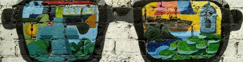 Imagen de una pared con un graffiti de unas gafas