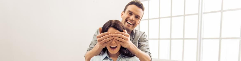 Imagen de una pareja en una casa