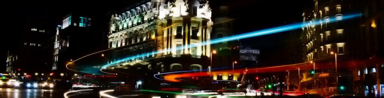 Vista nocturna calle Gran Vía esquina calle Alcalá