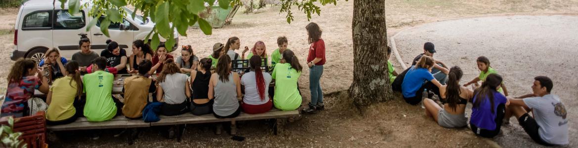Grupo de jóvenes en una mesa de picinic