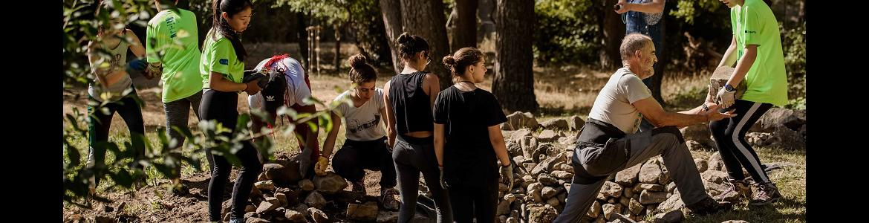 Grupo de jóvenes trabajando en una charca