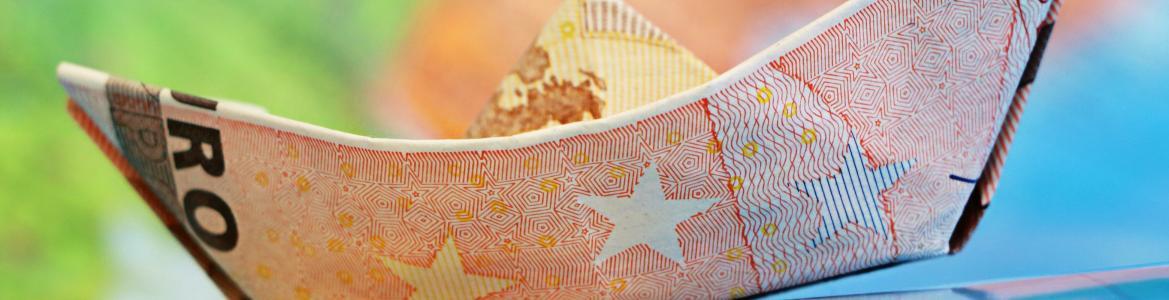 Barco de papel con billete de euro