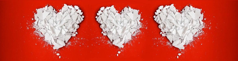 Dos corazones blancos con fondo rojo