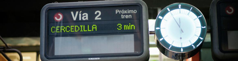 Display y reloj en estación de Cercanías