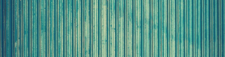 Detalle de una puerta de color verde