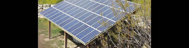 Placas solares en el Centro de educación ambiental El Águila