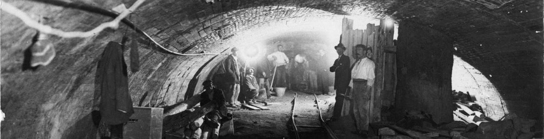 Obreros descansando en las obras de la Lína 1