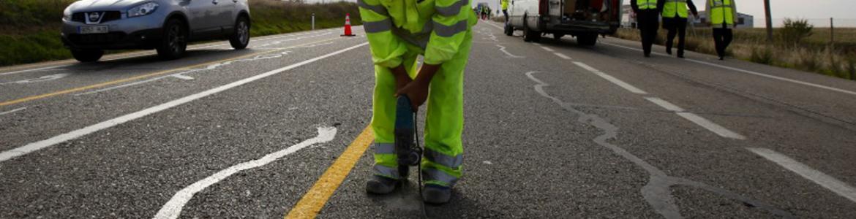 Obreros trabajando en una carretera arreglando el firme