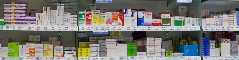 Estanterías de farmacia llenas de cajas de medicamentos