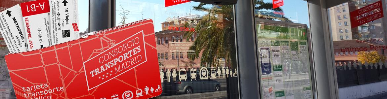 Imagen de la campaña de la Tarjeta Multi con una marquesina de autobús de fondo