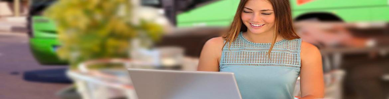 Mujer consultando información de transporte público en el ordenador