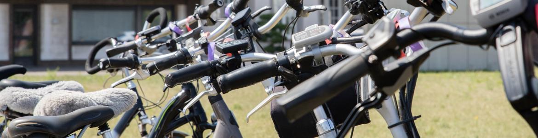 Bicicletas eléctricas aparcadas