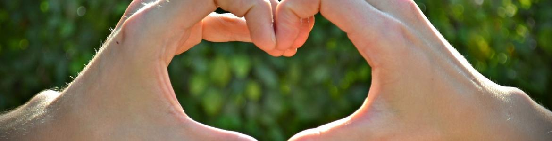 Imagen de manos formando un corazón