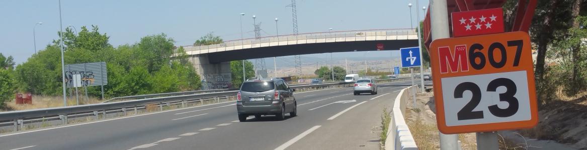 Carretera M-607 con coches circulando