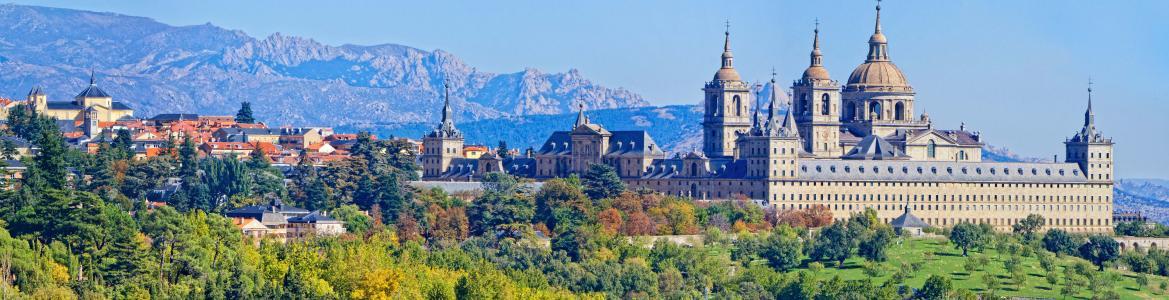 Vista del Monasterio y municipio de El Escorial con paisaje montañoso al fondo