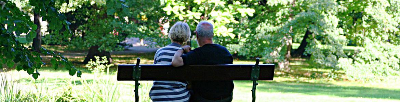 Pareja mayor sentada en un banco