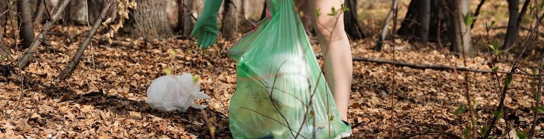 Chica recogiendo basura en el parque