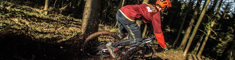 Imagen de una ciclista por el monte