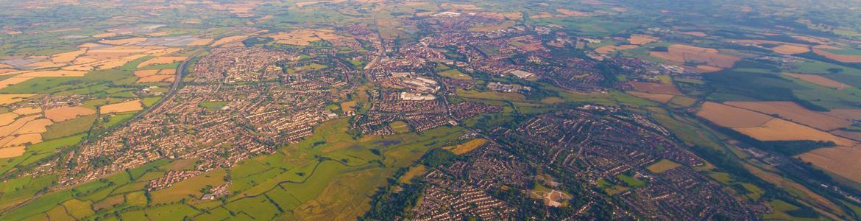 Vista aérea de un municipio rodeado de cultivos