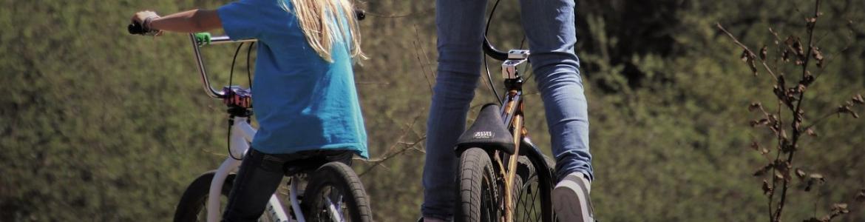 Dos niñas en bicicleta de ruta