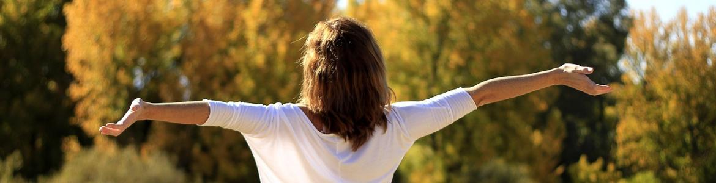Mujer respirando al aire libre
