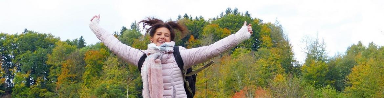 Chica saltando en la naturaleza