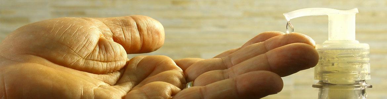 Persona con jabón de manos