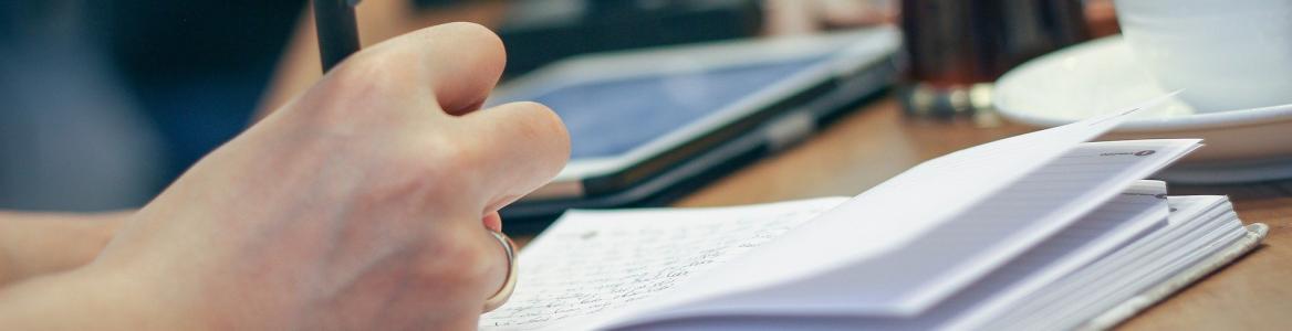 Persona apuntando en papel
