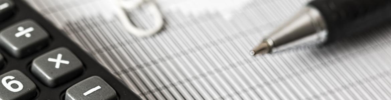Calculadora folio y bolígrafo