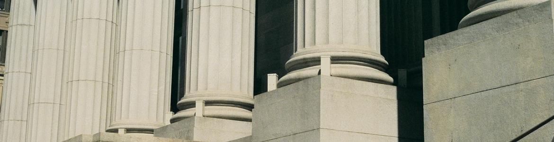Edificio con columnas