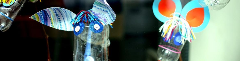Caballos hechos con botellas de plástico
