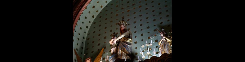 La iglesia está consagrada a la Virgen de las Victorias.