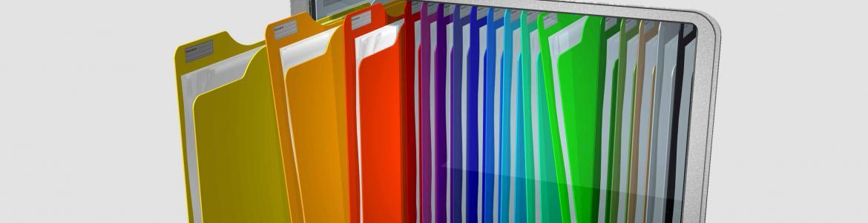 carpetas de colores archivadas en la pantalla de un ordenador portátil