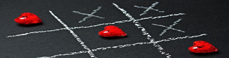 Juego de tres en raya pintado con fichas de corazones