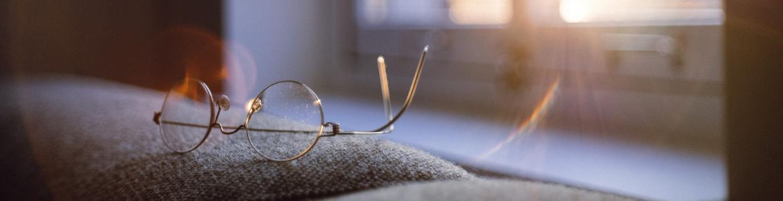 Imagen de unas gafas sobre un sofa